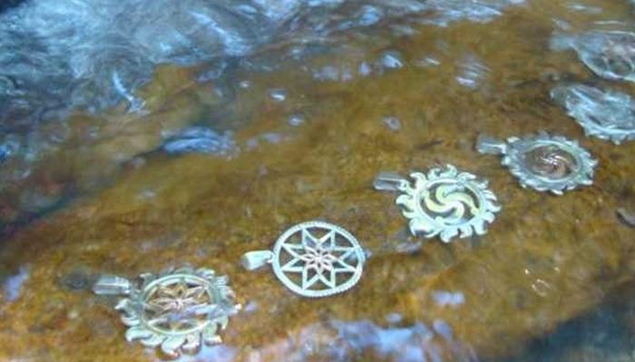 Чистка амулета в воде