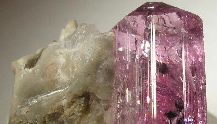 Кристалл розовый топаз