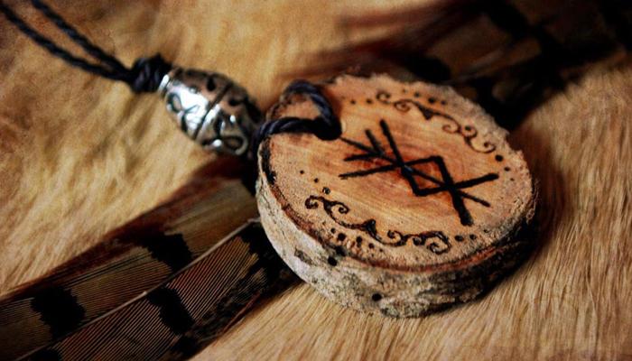 Деревянный амулет с руной