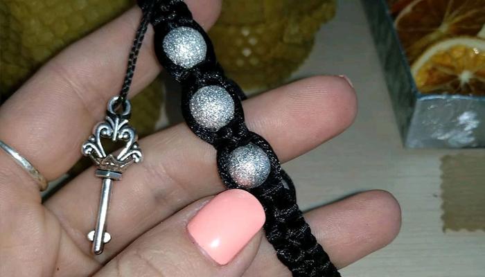 Плетеный черный браслет с ключиком к богатству