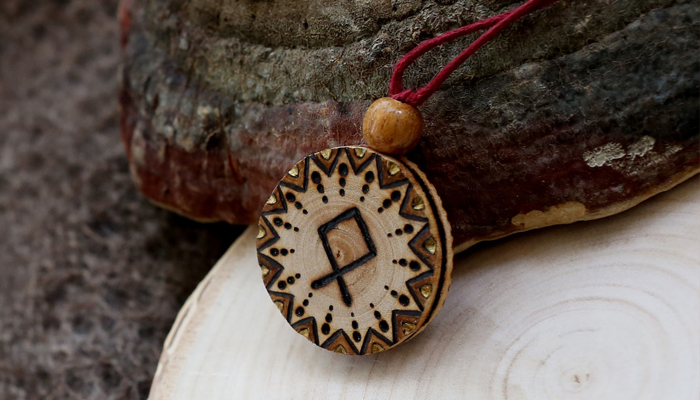 Амулет с руной Одал из дерева