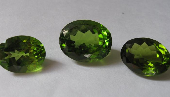 Минер гранат зеленого цвета