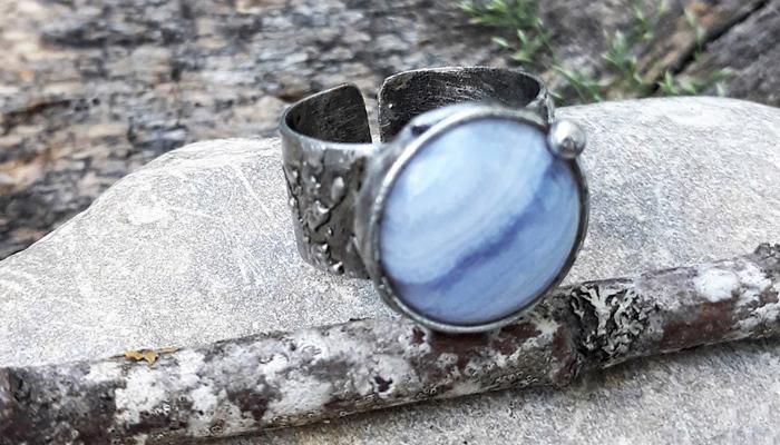 Кольцо с синим минералом