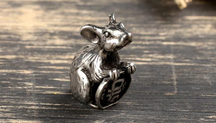 Маленькая фигурка мышки