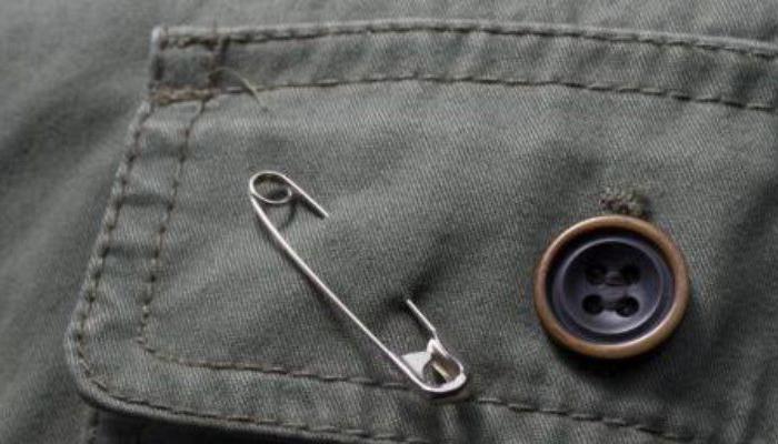Ношение булавки на одежде