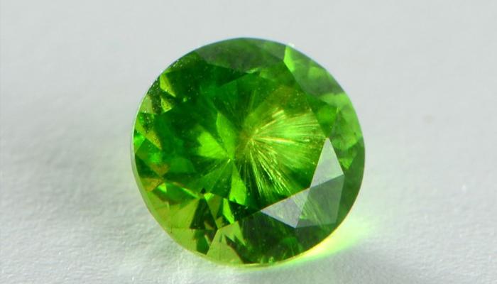Кристалл зеленый демантоид