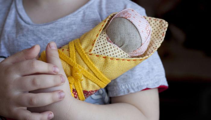 Кукла Пеленашка у ребенка