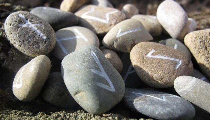 Рунические символы из камня