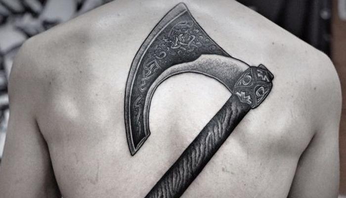 Татуировка на спине Секира Перуна