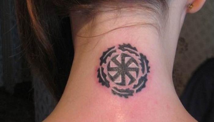 Татуировка Ладинец на шее