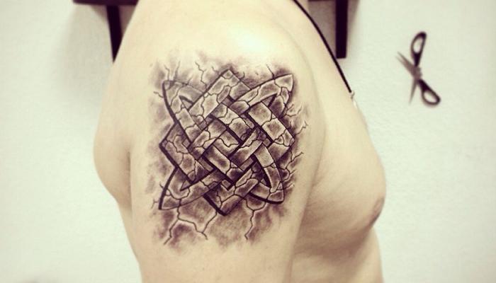 Татуировка Квадрат Сварога на плече