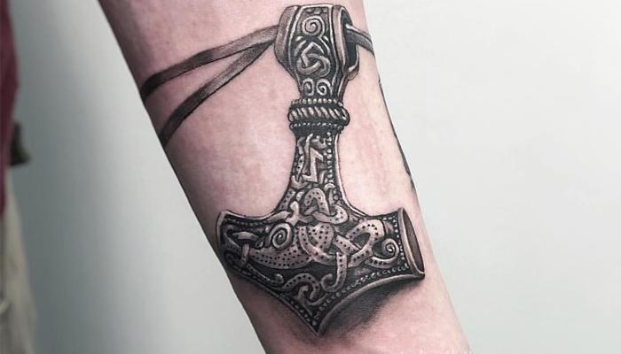 Татуировка на предплечье Молот Тора