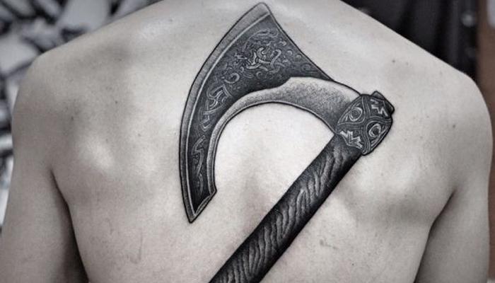 Татуировка Секира Перуна на спине